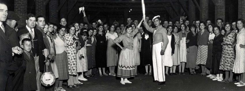 1935 - Desfile de marchas populares, na Praça do Comércio, por ocasião das festas da cidade de Lisboa. Marcha da Ajuda